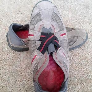 Easy Spirit Esshay tan slip on loafers size 7.5